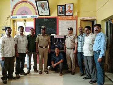 Notorious Conman Arrested by City Market Police Recovered 21 gold chains worth Rs.9.48 lakhs.