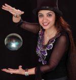 विश्व विख्यात महिला जादूगर संगीता कपूर के जादू  करतबों से मन्त्र मुग्ध हुए दर्शक