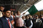 भारतीय रेल की मुंबई-अहमदाबाद IRTC संचालित तेजस एक्सप्रेस का गुजरात के मुख्यमंत्री श्री विजयभाई रूपाणी ने हरी झंडी दिखाकर शुभारम्भ किया.