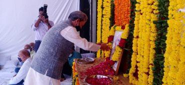 लोकसभा स्पीकर ओम बिरला के पिता श्री कृष्ण बिरला के स्वर्गवास के बाद तीरथ सिंह रावत परिवार से मिलने कोटा पहुंचे