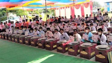 Union Minister Shri Nitin Gadkari distributes electric potter wheels to 100 potter families in Maharashtra