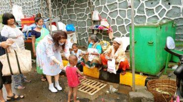 Actress Ekta Jain feeds the needy people on her birthday