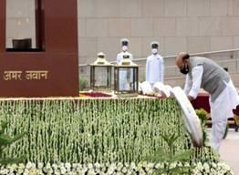 Raksha Mantri Shri Rajnath Singh pays homage to fallen heroes at National War Memorial on Kargil Vijay Diwas