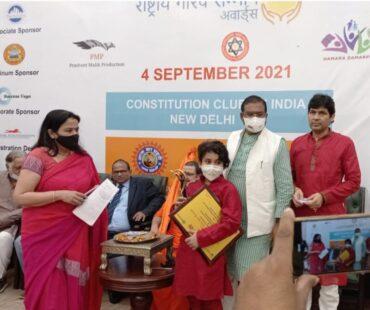 केंद्रीय मंत्री ने कक्षा 6 में पढ़ने वाले शिवम को फुटपाथ पर गरीब लोगों की मदद करने के लिए सम्मानित किया